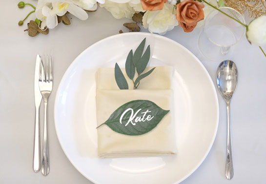 named leaf place card for simple outdoor wedding decoration